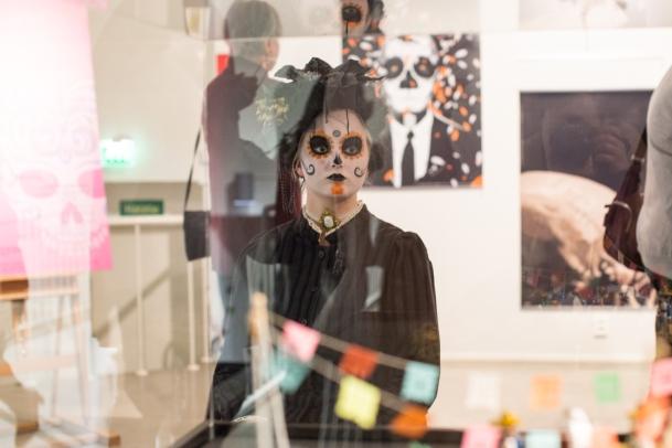 A la muerte con una sonrisa - Hymyilevä kuolema -näyttelyn avajaiset 2/2018